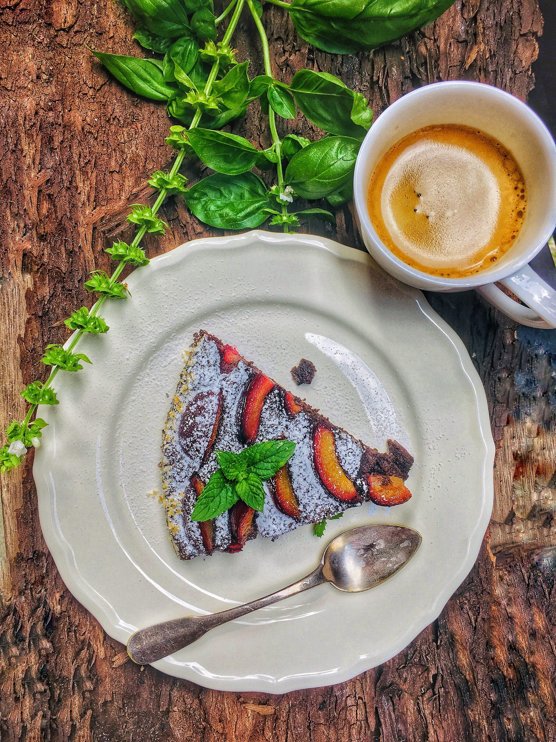 Makovo-slivkový koláč podávaný s kávkou