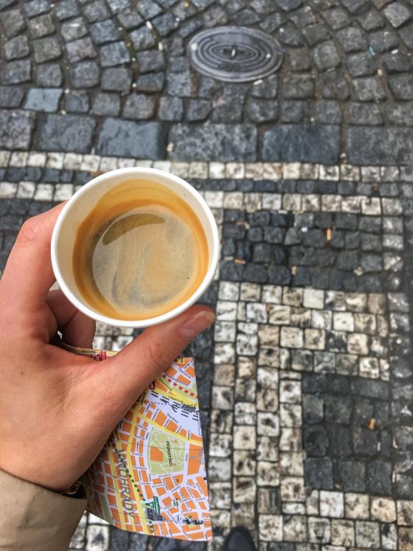 Ranná káva a mapa Prahy