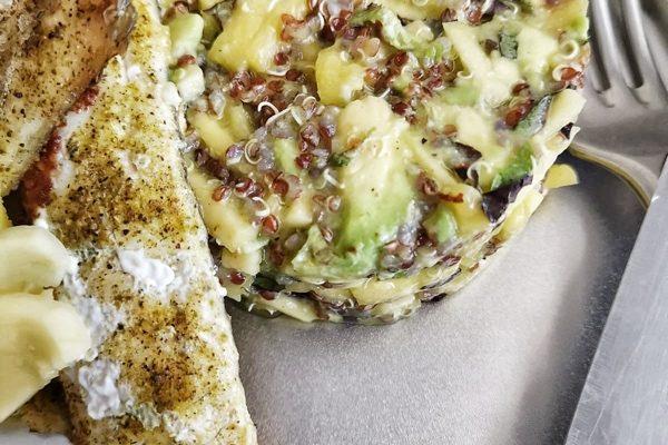 Quinoa šalát s avokádom a mangom podávaný s grilovaným zubáčom